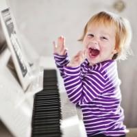 Niña con piano