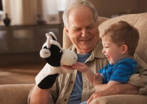 Nonno che gioca con il nipote marionette