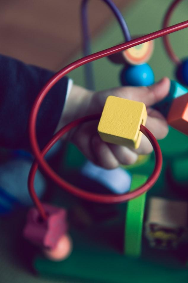 Il legno è un materiale ampiamente utilizzato per costruire giocattoli Montessori.
